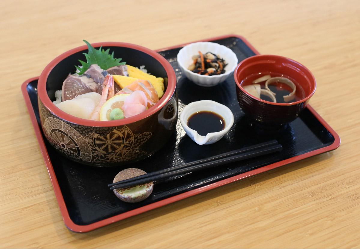 海鮮丼(734kcal)
